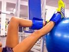 Izabel Goulart madruga para malhar e posta foto das pernas