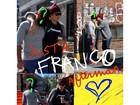 James Franco brinca com boatos de que é gay e posa beijando um homem