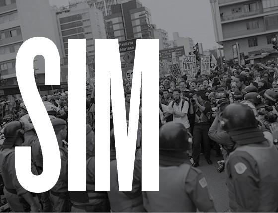 A polícia deve reprimir manifestações quando ela sai do trajeto? Sim (Foto: ÉPOCA)