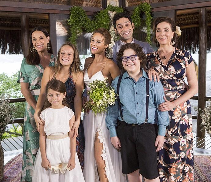 Tancinha posa em família após casamento com Beto (Foto: Felipe Monteiro/Gshow)