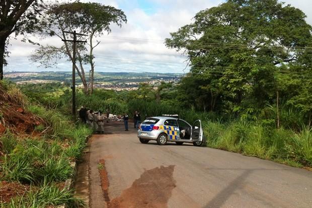 Polícia faz perícia em local onde jovens foram encontradas mortas (Foto: Mariana Martins/TV Anhanguera)