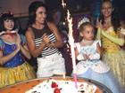 Com supercoxa, Scheila Carvalho comemora aniversário da filha