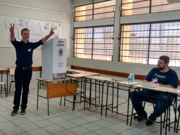 Ulisses Maia (PDT) votou por volta das 10h30 deste domingo; ele é candidato à prefeitura de Maringá (Foto: Eduardo Cavalari/RPC)
