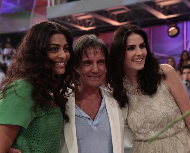 Roberto Carlos entre Juliana Paes e Lisandra Souto. Bem acompanhado, hein? (Foto: Domingão do Faustão / TV Globo)