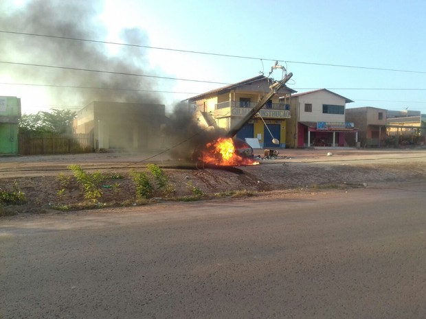 Carro atmgiu poste de energia e pegou fogo (Foto: PRF Santarém/Divulgação)