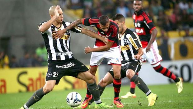 Doria e Paulinho jogo Flamengo x Botafogo (Foto: André Durão / Globoesporte.com)