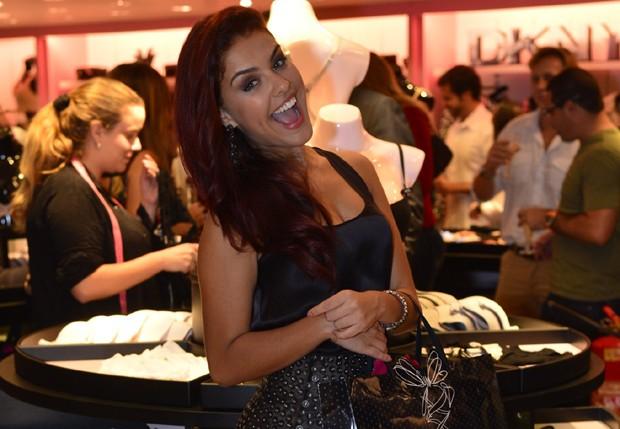 78e22e99d Paloma Bernardi inaugura loja de lingerie e faz graça com peças ...