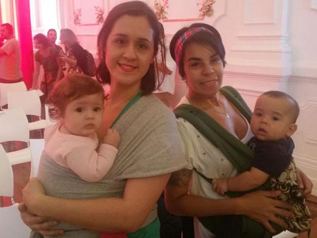 A professora Mayra Concha com a filha Laura de 7 meses e a farmacêutica Andrea Baregio com o filho Martin de 10 meses (Foto: Tatiana Santiago/G1)