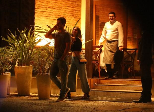 Isis e André deixam restaurante (Foto: AgNews)