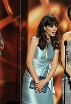 Irmãs Zooey e Emily Deschanel arrasam no Emmy