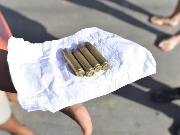 Quatro balas de fuzil que a família do adolescente morto diz ter encontrado no local do crime (Foto: Bernardo Coutinho/A Gazeta)