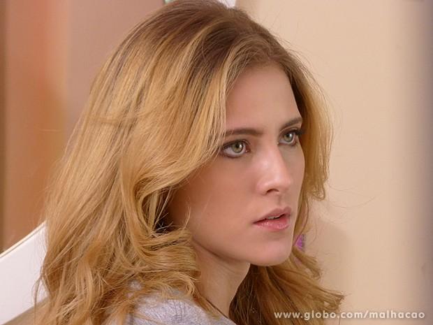 Sofia pede para Serguei ensiná-la a fazer maquiagem (Foto: Malhação / TV Globo)