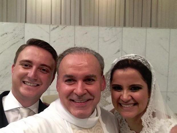 Padre Fernando Lopes faz 'selfie' com os noivos Guilherme Simões e Gabriela Toussaint (Foto: Padre Fernando Lopes/Arquivo pessoal)