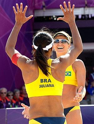 Juliana e Larissa comemoram vitória no vôlei de praia sobre a Alemanha (Foto: AFP)