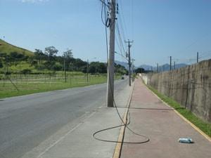 Fios soltos colocam os ciclistas em risco na Estrada da Urucânia. (Foto: Mariucha Machado/G1)