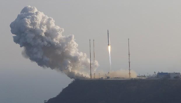 Imagem da agência Yonhap mostra o lançamento do Naro em Goheung nesta quarta-feira (30) (Foto: AFP)