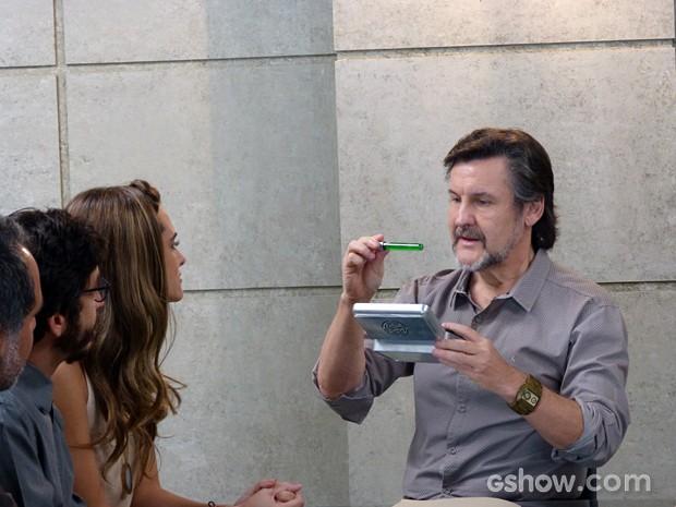 LC fica eufórico ao ver a substância pronta (Foto: Além do Horizonte/TV Globo)