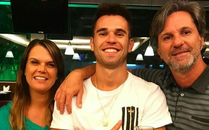 Caio Junior e filho Matheus Saroli (Foto: Reprodução/ Facebook)