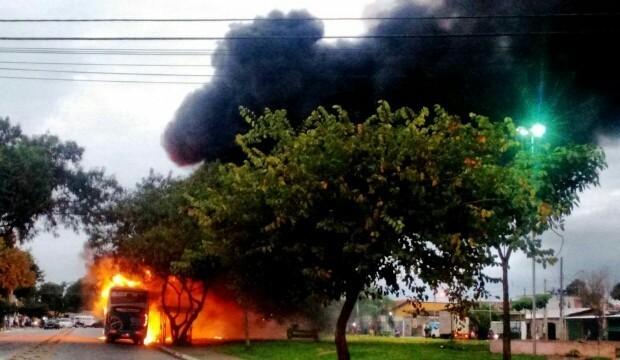 Incêndio em ônibus no Campo dos Alemães São José dos Campos (Foto: Luis Roberto dos Santos/Vanguarda Repórter)