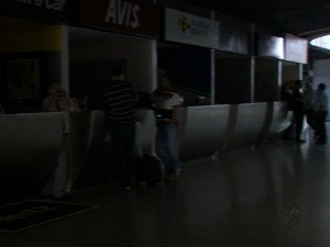 Falta de energia começou por volta de 21h de segunda-feira, dizem funcionários (Foto: TV Verdes Mares/ Reprodução)