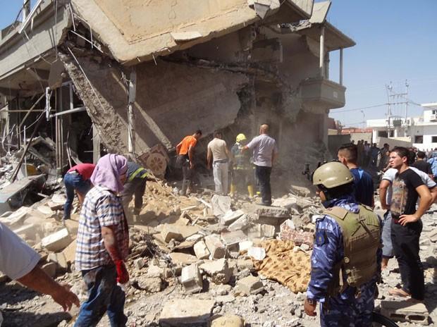 Local de explosão é inspecionado em Kirkuk nesta quinta-feira (7) (Foto: Marwan Ibrahim/AFP)