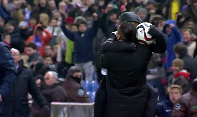 Simeone comemora gol com o filho Giuliano, que atua como gandula