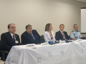 Policiais e vice-cônsul italiano participaram de entrevista coletiva nesta segunda-feira (Foto: Gabriela Alves/G1)