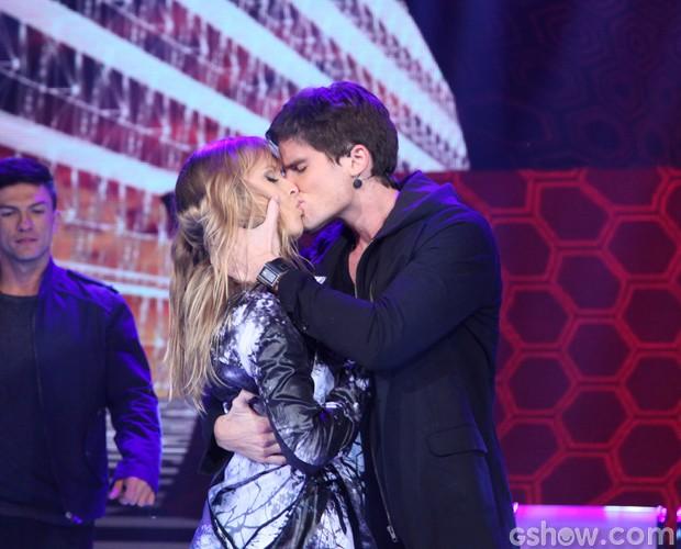 Jonatas Faro encerra seu número com um beijão (Foto: Carol Caminha / TV Globo)