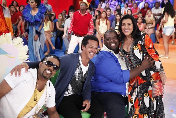 Xande, Leandro Sapucahy, Péricles e Regina Casé (Foto: Rede Globo/Divulgação)