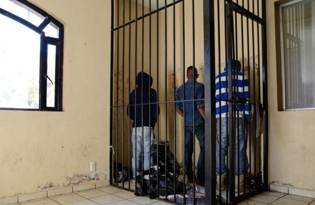 Jovens na cadeia local (Foto: BBC)