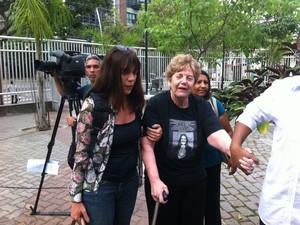 A mãe de Patrícia Acioli, Marli, e a irmã Simone chegaram às 7h50 à audiência (Foto: Janaína Carvalho/G1)