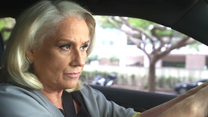 Mág percebe que está sendo seguida por Pedro (Foto: TV Globo)