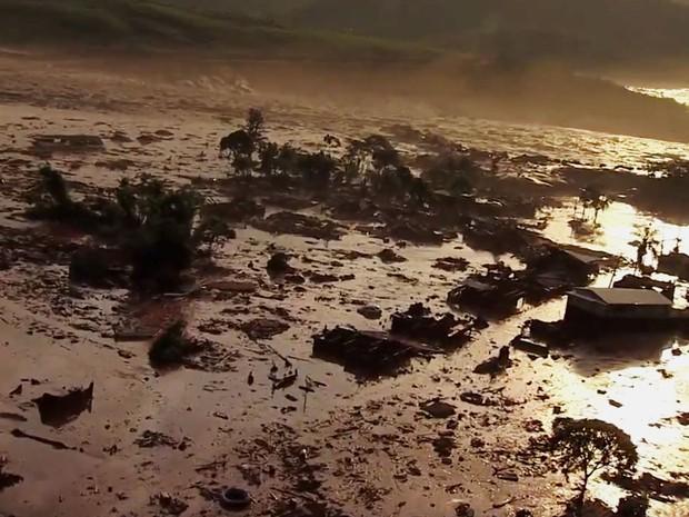 Barragem se rompeu e encheu distrito com rejeitos (Foto: Reprodução/TV Globo)