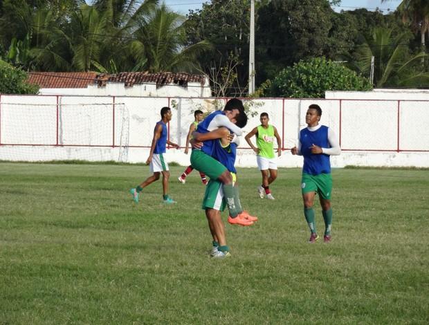 Jogadores do Alecrim comemoram gol em jogo-treino contra o Atlético Potengi (Foto: Gabriel Peres/Divulgação)