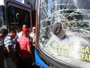 O boné de um pedestre atropelado e arrastado por um ônibus em Salvador ficou preso no para-brisa do veículo.  O homem foi encaminhado ao hospital em estado grave. (Foto: Fernando Amorim/Agência A Tarde/Estadão Conteúdo)