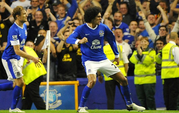 Fellaini comemora o gol do Everton contra o Manchester United (Foto: EFE)