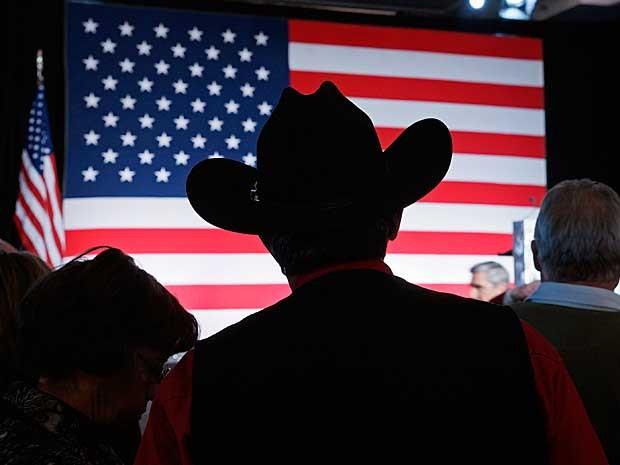 Eleitor do Partido Republicano observa a corrida para o Senado em Denver, nos EUA. (Foto: Rick Wilking / Reuters)