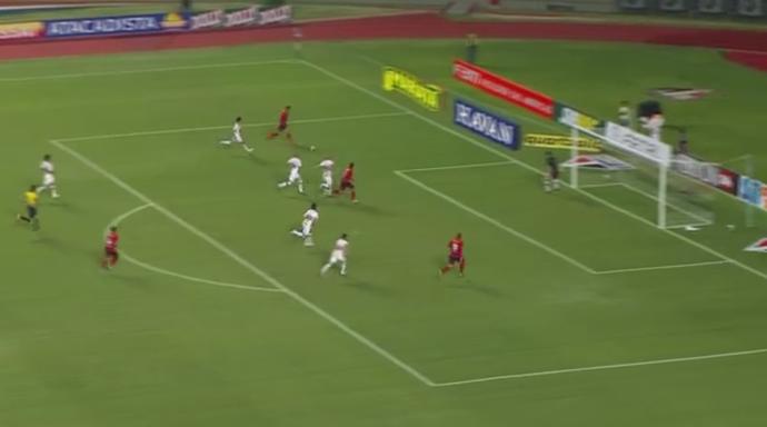 Lance do gol do Oeste mostra espaço deixado pelo São Paulo, que só pensava em atacar (Foto: GloboEsporte.com)