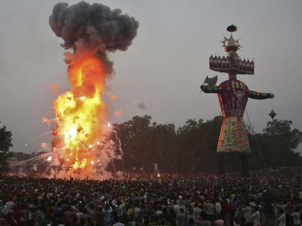 Efígie de demônio de 10 cabeças é queimada durante festival religioso na Índia, em que mais de 30 pessoas morreram pisoteadas, nesta sexta-feira (3) (Foto:  REUTERS/Munish Sharma)