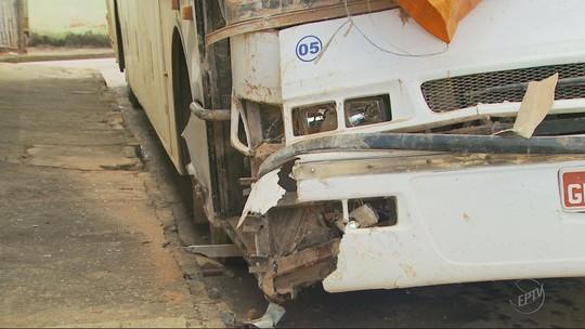 Moradores contabilizam prejuízos após casa ser atingida por ônibus em Paraguaçu, MG