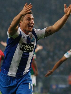 Cristian Rodriguez comemora gol do Porto sobre o Marítimo (Foto: Reuters)