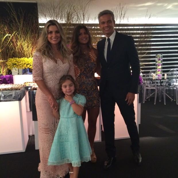 Flávia Alessandra com o marido, Otaviano Costa, e as filhas, Giulia e Olívia (Foto: Reprodução / Instagram)