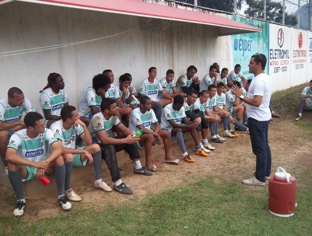 Joelson Cerqueira, diretor de futebol do Serra, anunciou a contratação do novo treinador para os jogadores nesta terça-feira (Foto: Eduardo Dias/Globoesporte.com)
