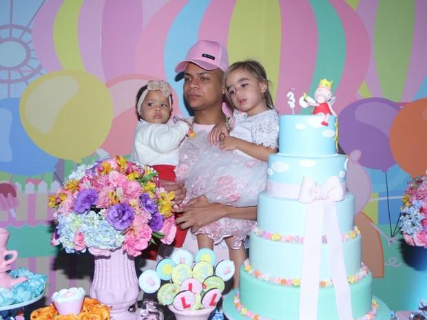 MC Duduzinho e as filhas, Lara Princess e Valentina Eduarda, em festa em Vargem Grande, Zona Oeste do Rio (Foto: Henrique Souza/ CI Produções/ Divulgação)