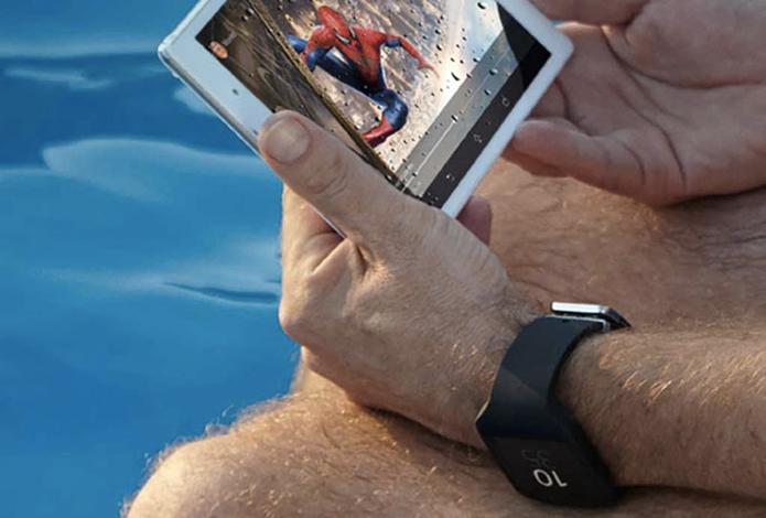 Xperia Z3 Tablet Compact e smartwatch com Android Wear podem ter sido mostrados em foto divulgada pela Sony (Foto: Reprodução/9to5Google)