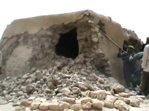 Imagem de TV mostra militantes islamitas destruindo mausoléu em Timbuktu, no norte do Mali, neste domingo (1º) (Foto: AFP)