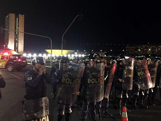 Policiais militares formam fileira na via lateral ao Congresso Nacional antes de votação do relatório do impeachment da presidente Dilma Rousseff nesta segunda-feira (11) (Foto: Alexandre Bastos/G1)