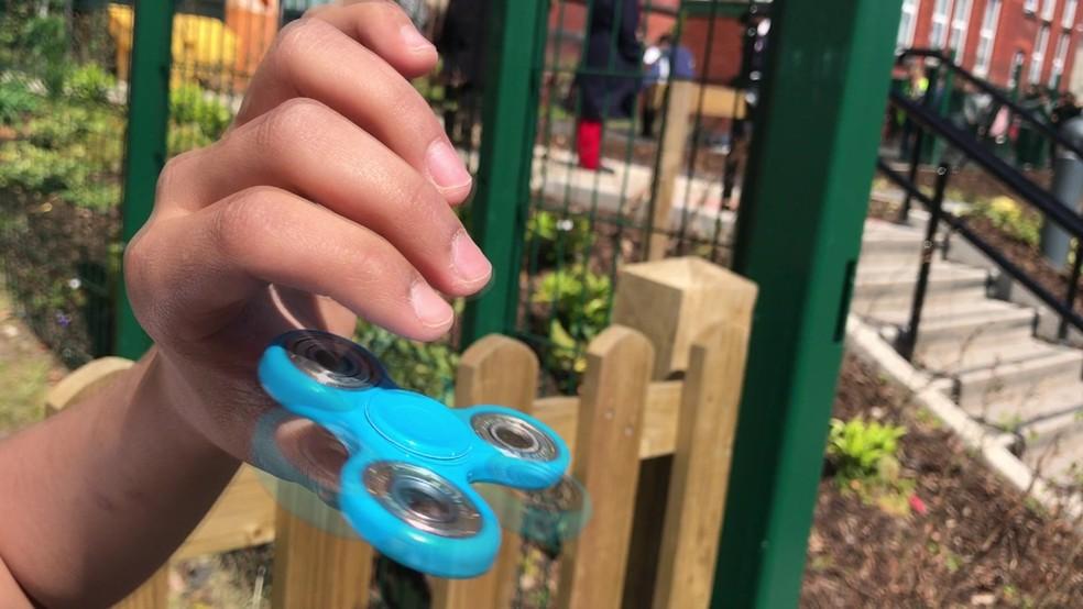 Tudo o que o fidget spinner faz é girar e girar.  (Foto: BBC)