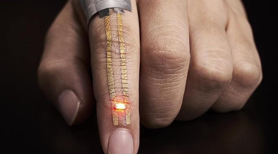 O sensor que funciona como uma tatuagem temporária foi desenvolvido pela Universidade de Tóquio (Foto: Divulgação)