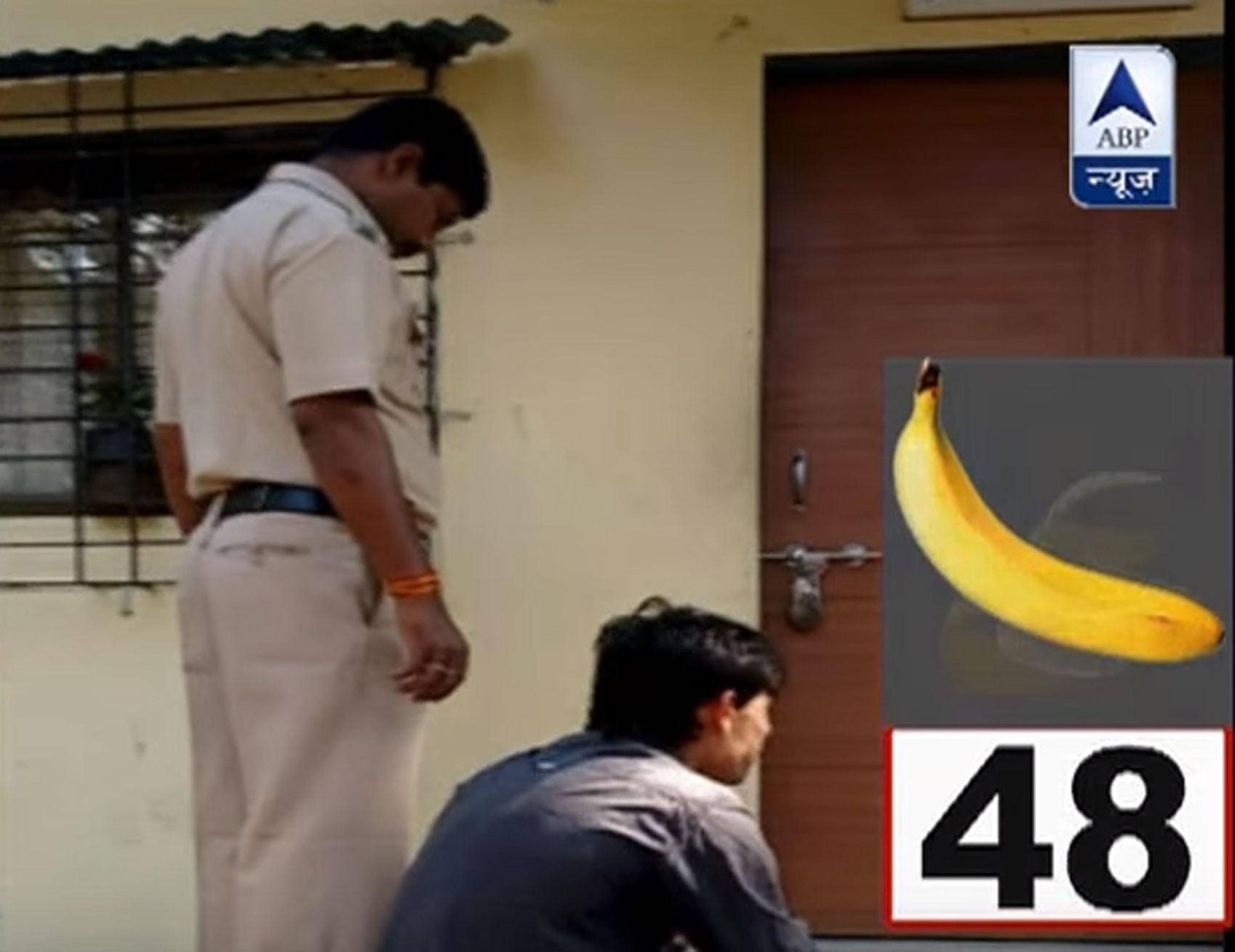 Agência indiana ABP News mostrou o ladrão comendo mais de 40 bananas até expelir a corrente de ouro (Foto: Reprodução/Youtube/ABP News)
